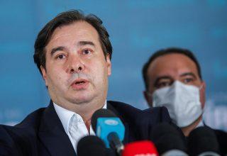 Rodrigo Maia, deputado federal. Ele está concedendo entrevista coletiva, a sua frente estão postos vários microfones.